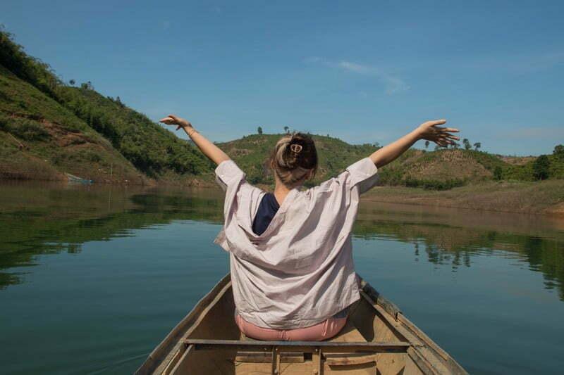 """""""Xung quanh em toàn là nước êi!"""" Chill giữa hồ Tà Đùng"""