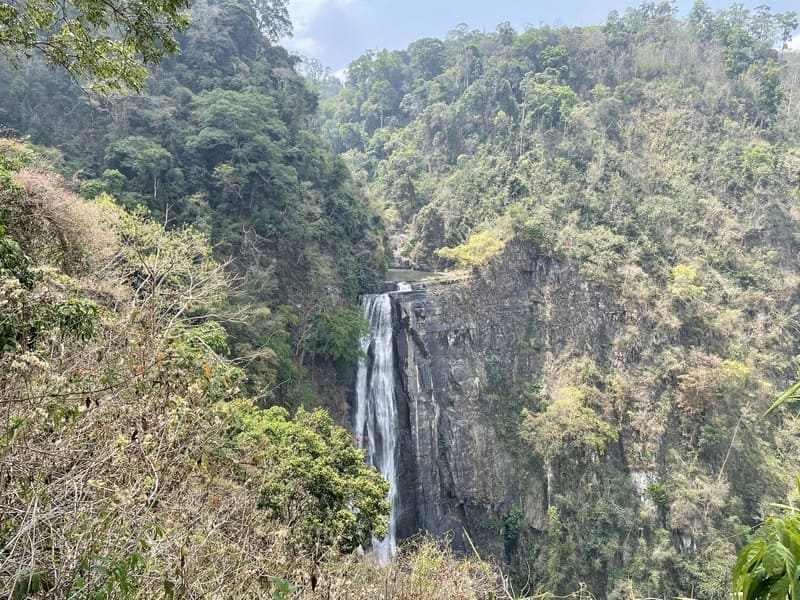 Toàn cảnh Thác Phi Liêng cao hơn 70m với góc nhìn từ góc núi. Những dòng nước tung bọt trắng xóa đổ về hạ nguồn