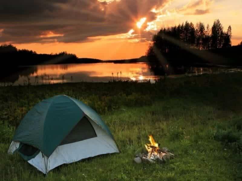 Trải nghiệm mới mẻ khi cắm trại giữa thiên nhiên rộng lớn.