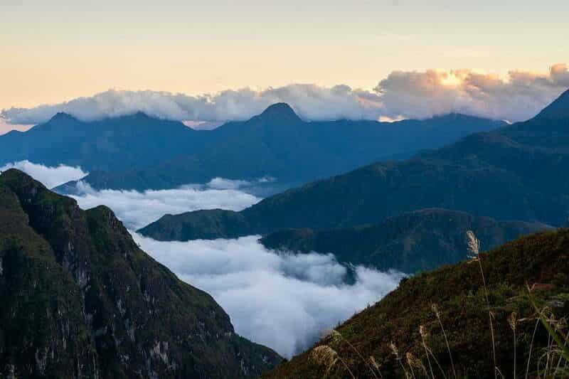 Những dãy núi cao ẩn hiện trong sương lớp sương mù, tạo nên không gian huyền ảo