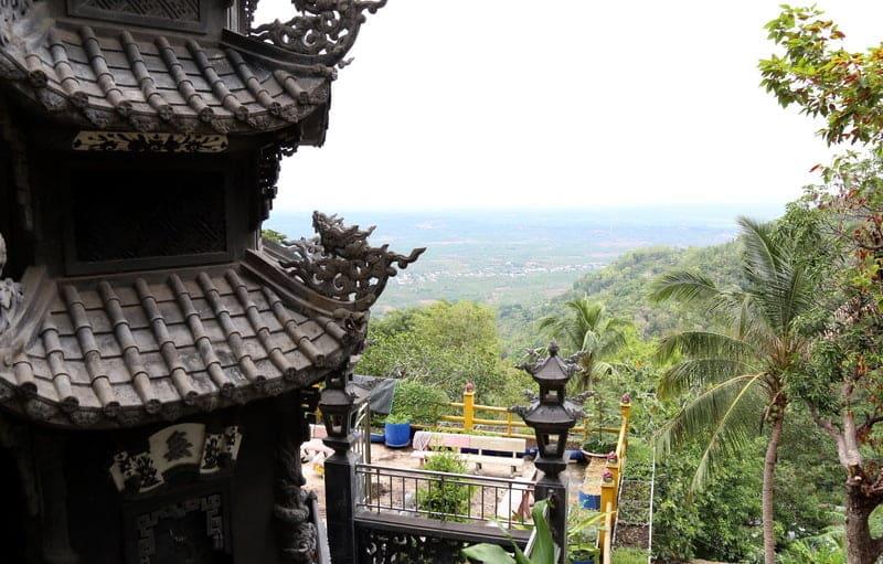 Chùa Bửu Quang tọa lạc trên lưng chừng núi với độ cao khoảng 500 m so với mặt nước biển.