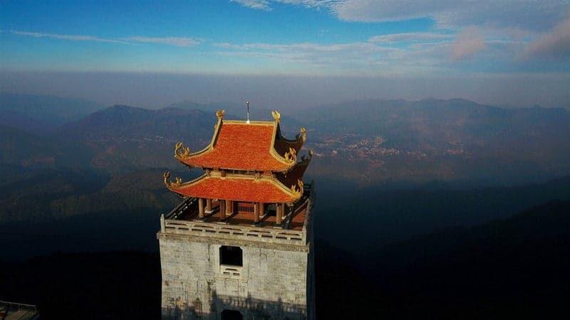 Từ Vọng Lĩnh Cao Đài du khách có thể ngắm nhìn trọn vẹn vẻ đẹp của dãy núi Hoàng Liên Sơn