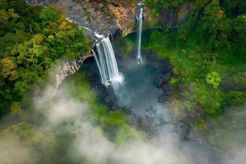 Dòng nước của thác chảy rất mạnh và xiết
