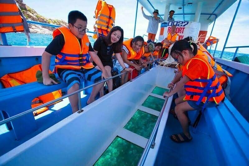 Ngắm nhìn cảnh sắc San hô tuyệt đẹp bằng tàu có kính trong suốt