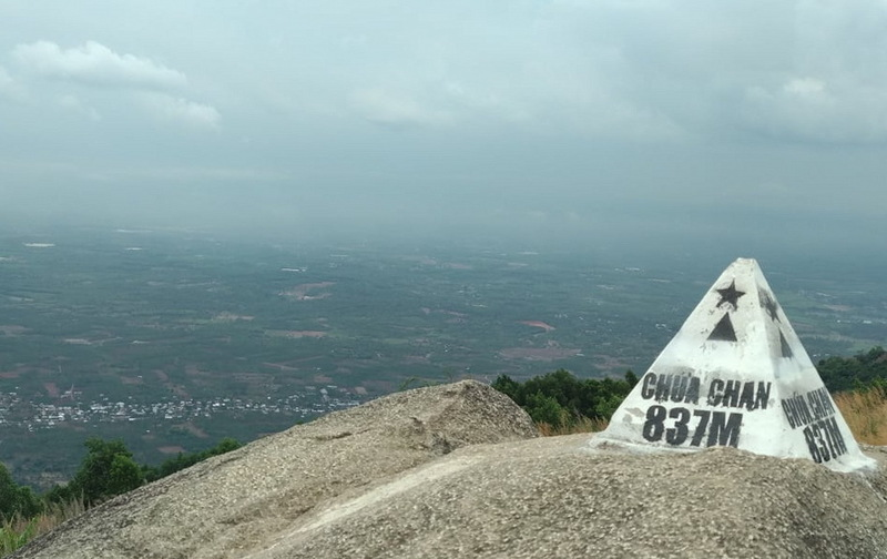Cột mốc cao nhất tại núi Chứa Chan. Bạn đã sẵn sàng cho chuyến hành trình này?