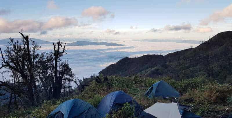 Chào đón ngày mới trong làn sương tại Núi Chứa Chan